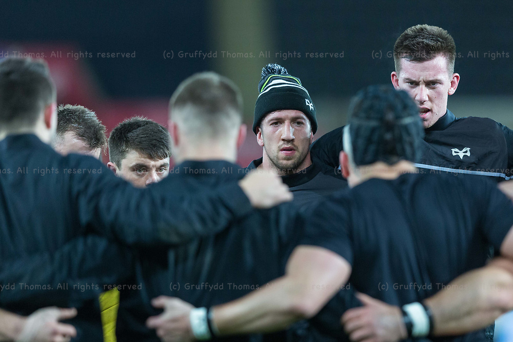 Liberty Stadium, Swansea, Wales, UK. Friday 16 February 2018.  Ospreys number eight Justin Tipuric (centre) with the Ospreys team ahead of their Guinness Pro14 match against Southern Kings.