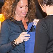 """NLD/Bloemendaal/20151124 - Boekpresentatie """"Buch"""" over het leven van Menno Buch, Nicole Buch - van Houten krijgt een tasje van Menno"""