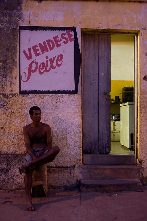 Pirapora_MG, Brasil...Homem sentado em frente a um armazem que vende peixe em Pirapora, Minas Gerais...The man is sitting in front of fish market in Pirapora, Minas Gerais. ..Foto: JOAO MARCOS ROSA /  NITRO.