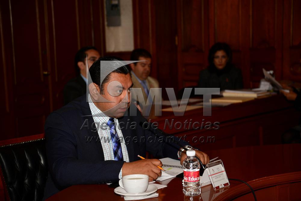 Toluca, México.- El cabildo de Toluca autorizó destinar un remanente del Fondo Estatal de Fortalecimiento Municipal (FEFOM) a la compra de toletes para la policía municipal.  Agencia MVT / Crisanta Espinosa