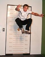 Håndballl<br /> 26. Oktober 2010<br /> Landslaget Herrer<br /> Medie stunt på VilVitesenteret i Bergen<br /> Espen Lie Hansen , Drammen og Landslaget hopper og setter ny VilVite rekord på å holde seg lengst mulig oppe i luften<br /> Foto : Astrid M. Nordhaug