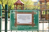 27 APR 2020, BERLIN/GERMANY:<br /> Schild an einem Spielplatz, der aufgrund der Corona-Pandemie geschlossen ist<br /> IMAGE: 20200427-01-001<br /> KEYWORDS: Corvid-19, Lock-Down, Kinderspielplatz, gesperrt