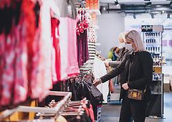 THEMENBILD - Kunden in einem Sportartikel Geschäft während der Coronavirus Pandemie. Ab heute sperren zahlreiche Handelsgeschäfte nach dem einmonatigen Shutdown wieder auf. Zell am See Kaprun am Dienstag 14. April 2020. // Customers in a sporting equipment store during the World Wide Coronavirus Pandemic. Starting today, many shops will re open after the one-month shutdown in Kaprun, Austria on 2020/04/14. EXPA Pictures © 2020, PhotoCredit: EXPA/ JFK