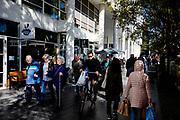 Nederland, Den Haag, 26-09-2018<br /> In Den Haag lopen en fietsen personen door de binnenstad.<br /> <br /> In The Hague people walk and cycle at the city center.<br /> Foto: Bas de Meijer / De Beeldunie