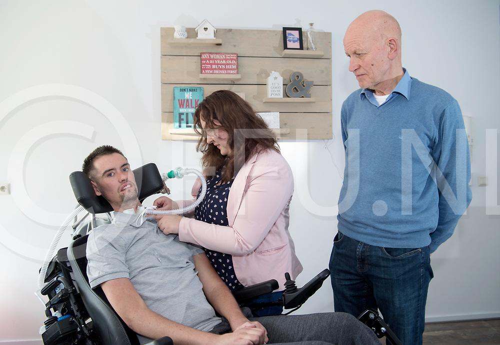 DALFSEN - ALS, goed doel<br /> Foto: Paul Stokman wordt door Wendy Stokman verzorgd terwijl Bernard Bos toekijkt.<br /> FFU PRESS AGENCY COPYRIGHT FRANK UIJLENBROEK