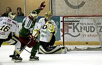 Ishockey<br /> GET-Ligaen<br /> 31.01.08<br /> Askerhallen<br /> Frisk Asker - Stavanger Oilers<br /> Keeper Andre Lysenstøen må konstatere at 2-0 scoring en ligger i nettet bak han - Chris Abbott kan juble<br /> Foto - Kasper Wikestad