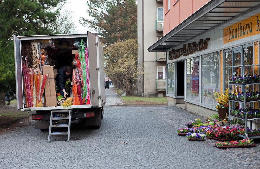 Mobiler Verkaufs Lkw in der Stadt Mlada Boleslav wo sich die Skoda Autowerke befinden. Mlada Boleslav liegt noerdlich von Prag und ist ungefaehr 60 Kilometer von der tschechischen Haupstadt entfernt. Skoda Auto beschäftigt in Tschechien 23.976 Mitarbeiter (Stand 2006), den Grossteil davon in der Zentrale in Mlada Boleslav. Damit sind mehr als 3/4 aller Erwerbstätigen der Stadt in dem Automobilkonzern tätig.<br /> <br />                                       Mobile shop in a truck standing in the city of Mlada Boleslav. The city is located north of Prague and about 60 km away from the Czech capital. Skoda Auto has about 23.976 employees (2006) in Czech Republic and a big part of them is working in Mlada Boleslav. 3/4 of the working population in Mlada Boleslav is working for the Skoda Auto company.