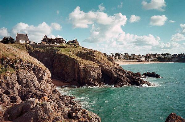 Frankrijk, Rhoteneuf, 7-9-2005Huis en dorp aan de ruige Bretonse kust, huis in Frankrijk met uitzicht op zee, Het dorpje ligt aan een strand.Foto: Flip Franssen/Hollandse Hoogte