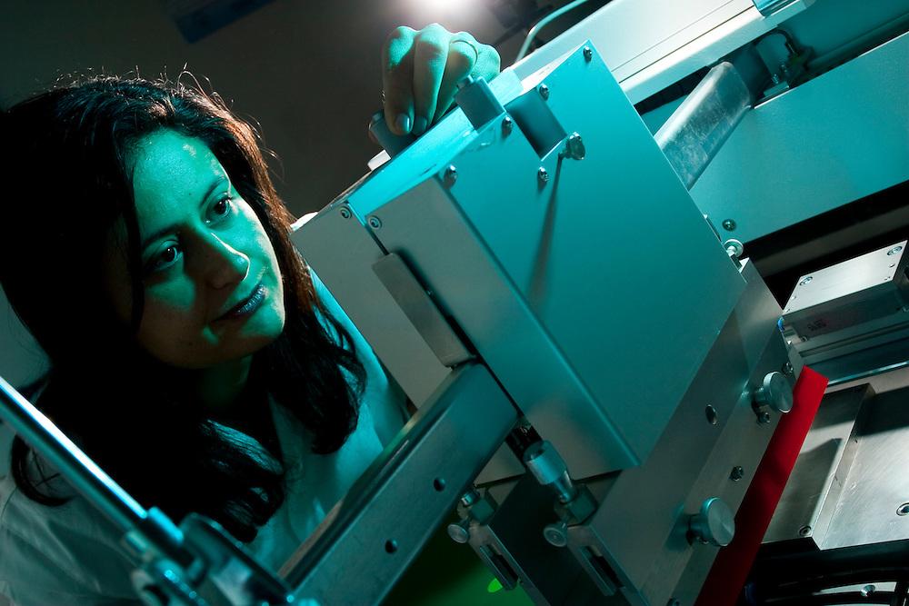 Belo Horizonte_MG, Brasil...Laboratorio de Quimica da UFMG. Na foto uma pesquisadora...Chemistry Laboratory of UFMG. In this photo a researcher...FOTO: LEO DRUMOND /  NITRO.