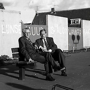 NLDHuizen/19900411 - Jaap van der Tol met dhr. Meys Oude Raadhuisplein Huizen