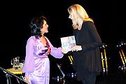 Mabel bij A MATTER OF ACT NIGHT.<br /> <br /> Op zaterdagavond 27 was in Theater aan het Spui een bijzondere avond plaats; de eerste A Matter of ACT Night.<br /> <br /> Op de foto: Amnesty Nederland voorzitter Sandra Lutchman. overhandigd het eerste exemplaar van het A Matter of ACT boek aan Mabel van Oranje.