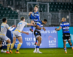 Tom de Glanville of Bath Rugby wins a high ball - Mandatory by-line: Andy Watts/JMP - 08/01/2021 - RUGBY - Recreation Ground - Bath, England - Bath Rugby v Wasps - Gallagher Premiership Rugby