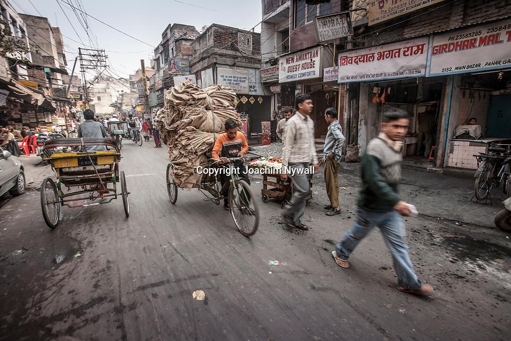2007 01 29 Delhi India <br /> Paharganj Main Bazar<br /> Cykel bud med fullastad cykel<br /> <br /> ----<br /> FOTO : JOACHIM NYWALL KOD 0708840825_1<br /> COPYRIGHT JOACHIM NYWALL<br /> <br /> ***BETALBILD***<br /> Redovisas till <br /> NYWALL MEDIA AB<br /> Strandgatan 30<br /> 461 31 Trollhättan<br /> Prislista enl BLF , om inget annat avtalas.