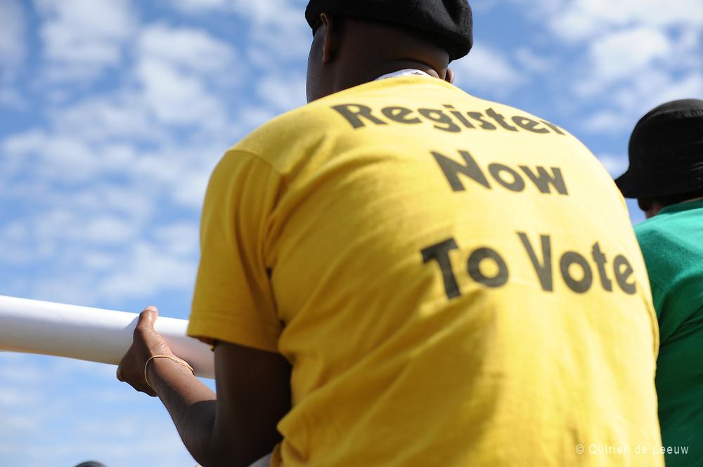 Jonge draagt een t-shirt met de tekst: Register now to vote. 27 april markeert de dag dat alle Zuid Afrikanen mogen stemmen.