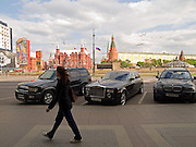 Am Roten Platz geparkte Luxuslimousinen im Zentrum der russischen Hauptstadt Moskau. <br /> <br /> Parked luxury cars close to Red Square in city center of the Russian metropolis Moscow.