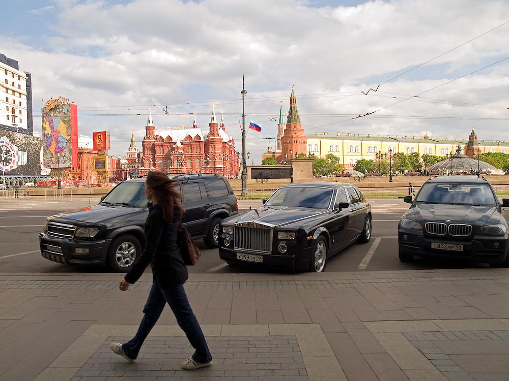 Am Roten Platz geparkte Luxuslimousinen im Zentrum der russischen Hauptstadt Moskau. <br /> <br /> Parked luxury cars close to Red Square in city center of the Russian metropolis Moscow.