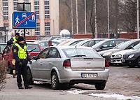 02.12.2016 Bialystok woj podlaskie N/z straz miejska wypisuje mandat za zle parkowanie samochodu na drodze osiedlowej w strefie zamieszkania ( znak D40 ) fot Michal Kosc / AGENCJA WSCHOD
