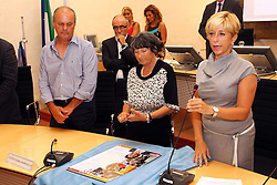 CONSEGNA TARGA RICORDO AI FAMILIARI DI PAOLA RICCI IN CONSIGLIO PROVINCIALE