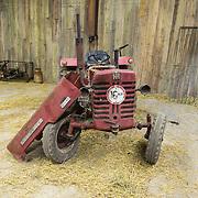 NLD/Bussum/20131219 - Perspresentatie nieuwe real life soap Utopia, oude tractor als accesoire van het verblijf