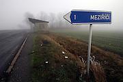 Mezirici/Tschechische Republik, CZE, 11.12.06: Bushaltestelle in einer Süd-Böhmischen Landschaft im Nebel in der Nähe des Dorfes Mezirici.<br /> <br /> Mezirici/Czech Republic, CZE, 11.12.06: Bus stop in a South Bohemian landscape close to the village Mezirici in foggy weather.