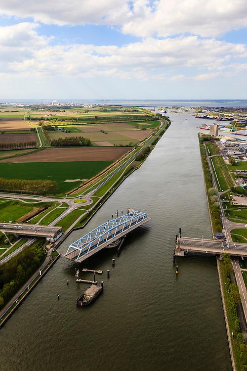 Nederland, Zeeland, Zeeuws-Vlaanderen, 09-05-2013; Sluiskil, Kanaal Gent-Terneuzen, kanaalkruising Sluiskil. Foto richting Terneuzen.<br /> De brug in de N61 sluit zeer regelmatig voor zeeschepen en dit veroorzaakt files. Daarom zal de kanaalbrug vervangen worden door een tunnel, de Sluiskiltunnel (oplevering 2015).<br /> The pivot bridge over the canal Gent-Terneuzen (Zeeland) closes very regularly for seagoing vessels and this causes traffic jams. Therefore, the canal bridge will be replaced by a tunnel, the tunnel Sluiskil (completion 2015).<br /> luchtfoto (toeslag op standard tarieven);<br /> aerial photo (additional fee required);<br /> copyright foto/photo Siebe Swart.