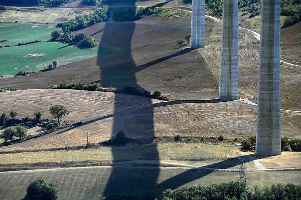Frankrijk, Millau, 20-9-2008Het viaduct van Millau overspant het dal waar de rivier de Tarn doorheen loopt. Het verkeer hoeft niet meer door de stad te rijden. Het is een archtectonisch en technisch hoogstandje met pijlers hoger dan de Eiffeltoren en met een lengte van 2,5 kilometer.The viaduct of Millau spans the valley of the Tarn river runs through it. The traffic does not need anymore to drive through the city. It is a archtectonical and technical achievement, with pillars higher than the Eiffel Tower and a length of 2.5 kilometers. Ontwerp van Norman Foster.Foto: Flip Franssen/Hollandse Hoogte