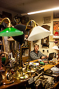 Antik Zastavarna - Antiquitätengeschäft in der Kyjevska Strasse. Auf dem Bild der Besitzer des Antiquariats.