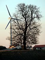 19.03.2015 wies Rychtyn woj podlaskie n/zwiatrak elektrowni wiatrowej gorujacy nad domem jednorodzinnym fot Michal Kosc / AGENCJA WSCHOD