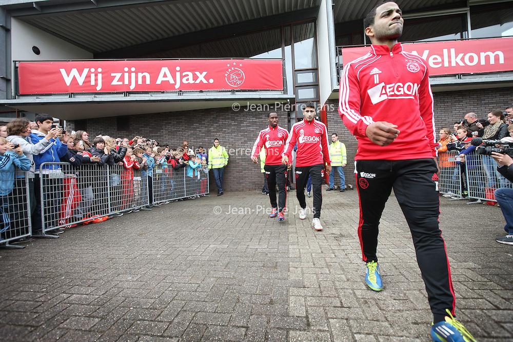 Nederland, Amsterdam , 1 mei 2012..Donderdagmiddag vanaf 17.00 uur mogen aanhangers van Ajax eindelijk nabij de Amsterdam Arena het landskampioenschap vieren. Al enkele weken was het onoverkomelijk dat Ajax de titel zou grijpen, maar sinds woensdag, na de 2-0 zege op VVV, is de titel ook officieel binnen..Op de foto de spelers van Ajax lopen omringd door fans het veld op voor laatste training voor wedstrijd tegen VVV  waarbij publiek mag komen kijken..Speler .Lorenzo Ebecilio  loopt het veld op..Foto:Jean-Pierre Jans