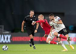 Kasper Dolberg (Danmark) og Yannick Carrasco (Belgien) under UEFA Nations League kampen mellem Danmark og Belgien den 5. september 2020 i Parken, København (Foto: Claus Birch).