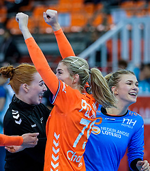 13-12-2019 JAP: Semi Final Netherlands - Russia, Kumamoto<br /> The Netherlands beat Russia in the semifinals 33-22 and qualify for the final on Sunday in Park Dome at 24th IHF Women's Handball World Championship / Estavana Polman #79 of Netherlands, Tess Wester #33 of Netherlands, Dione Housheer #27 of Netherlands