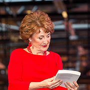 NLD/Amsterdam/20180217 - Prinses Margriet bij viering 75 jaar Trouw, Prinses Margriet bekijkt het jubileumboek