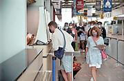 Duitsland, Weeze, 24-8-2020 Op het regionale vliegveld Weeze airport vlak over de grens tussen nijmegen en venlo is voor terugkerende vakantiegangers uit oranje gebieden een teststraat ingericht . Hier wordt een vlucht van Ryanair uit Mallorca met vakantiegangers opgewacht . De test is gratis en vrijwillig . Foto: ANP/ Hollandse Hoogte/ Flip Franssen