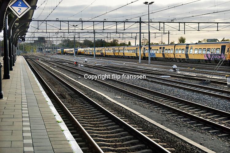 Nederland, Nijmegen, 25-10-2019Het centraal station van de stad met daarachter de woontorens van de SSHN en Talis en kantoorgebouw metterswane . Op het rangeerterrein staan enkele sprinter treinstellen, buffels, die zijn verkocht aan roemenie, sommigen met graffiti . Het station gaat binnenkort gemoderniseerd worden.Foto: Flip Franssen