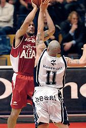 27-04-2006 BASKETBAL: HALVE FINALE PLAY OFF: ASTRONAUTS - MPC: AMSTERDAM<br /> MPC wint in Amsterdam van de Astronauts / Dennis Latimore<br /> ©2006-WWW.FOTOHOOGENDOORN.NL