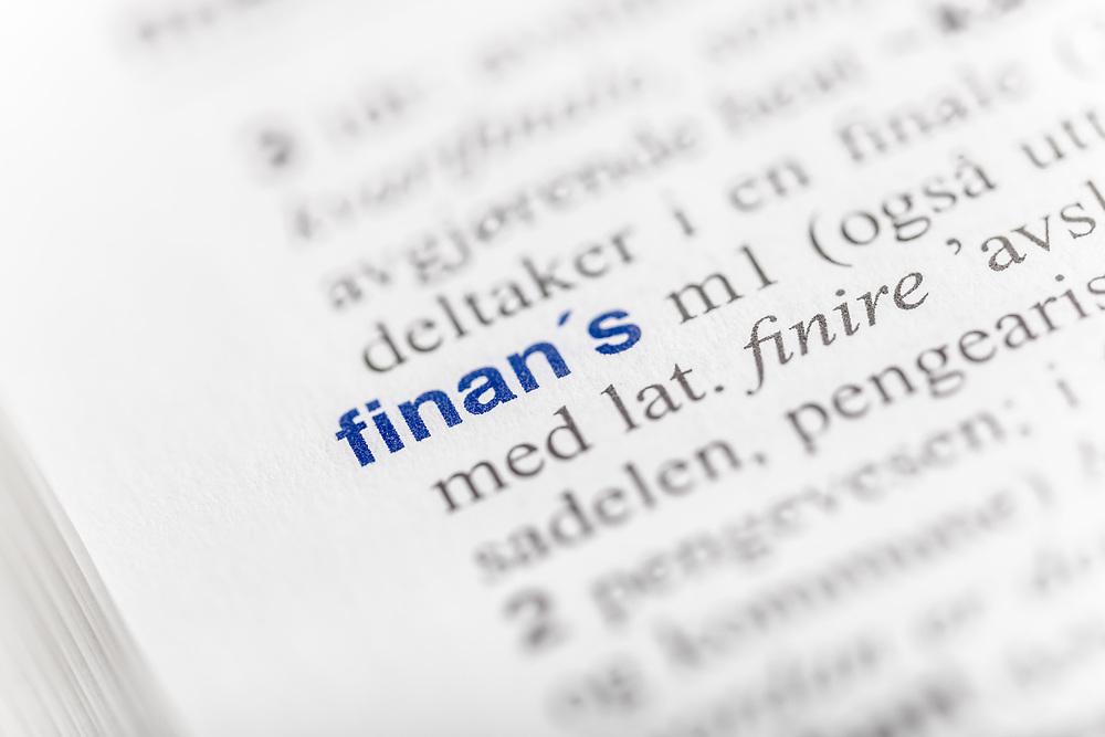Selektiv fokus på ordet «finans» i ordboka. Ordet er uthevet med blå skrift. Finans er fellesbetegnelse for penge-, kreditt-, bank- og børsvesen.