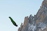 BASE JUMBER ET WINGSUITER  LAURENT FRAT SAUTE DE L AIGUILLE DU MIDI (3800 M)