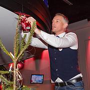 NLD/Hilversum/20151207- Sky Radio's Christmas Tree for Charity, Barry Atsma plaatst de piek