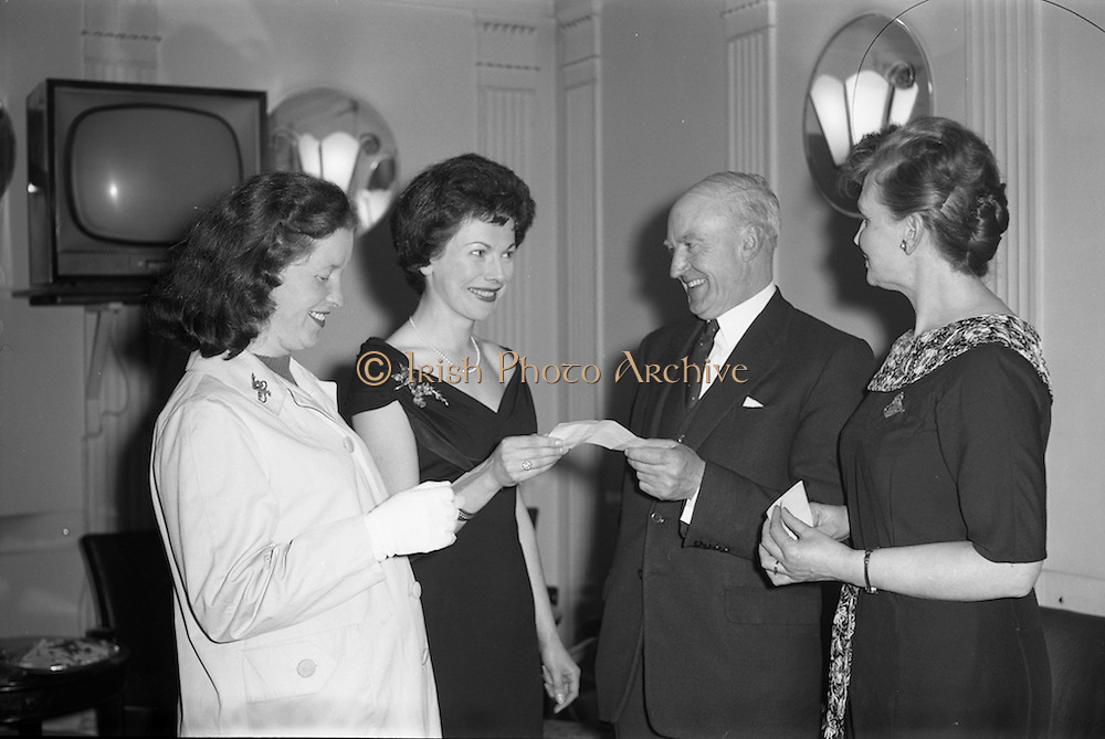 17/04/1961<br /> 04/17/1961<br /> 17 April 1961<br /> A.E.I. Gala Ltd. press reception at the Gresham Hotel Dublin. Miss Noell Middleton, (second from left) Sligo born film star presents prizes at the reception.