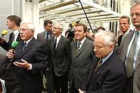 21 AUG 2001, MLADA BOLESLAW/TSCHECHISCHE REPUBLIK<br /> Gerhard Schroeder (M), SPD, Bundeskanzler, besucht das Skoda Werk, Sommerreise des Kanzlers, Skoda Autowerk Mlada Boleslaw, Tschechische Republik<br /> IMAGE: 20010821-01-006<br /> KEYWORDS: Gerhard Schröder, Kanzlerreise, Autoindustrie, Atomobilindustrie, Auto, Car, Arbeiter, Worker