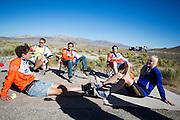 Het team wacht tot ze weg kunnen gaan, als Christien Veelenturf niet kan starten vanwege problemen. Het Human Power Team Delft en Amsterdam (HPT), dat bestaat uit studenten van de TU Delft en de VU Amsterdam, is in Amerika om te proberen het record snelfietsen te verbreken. Momenteel zijn zij recordhouder, in 2013 reed Sebastiaan Bowier 133,78 km/h in de VeloX3. In Battle Mountain (Nevada) wordt ieder jaar de World Human Powered Speed Challenge gehouden. Tijdens deze wedstrijd wordt geprobeerd zo hard mogelijk te fietsen op pure menskracht. Ze halen snelheden tot 133 km/h. De deelnemers bestaan zowel uit teams van universiteiten als uit hobbyisten. Met de gestroomlijnde fietsen willen ze laten zien wat mogelijk is met menskracht. De speciale ligfietsen kunnen gezien worden als de Formule 1 van het fietsen. De kennis die wordt opgedaan wordt ook gebruikt om duurzaam vervoer verder te ontwikkelen.<br /> <br /> The team waits until they can go, as Christien Veelenturf can't start. The Human Power Team Delft and Amsterdam, a team by students of the TU Delft and the VU Amsterdam, is in America to set a new  world record speed cycling. I 2013 the team broke the record, Sebastiaan Bowier rode 133,78 km/h (83,13 mph) with the VeloX3. In Battle Mountain (Nevada) each year the World Human Powered Speed ??Challenge is held. During this race they try to ride on pure manpower as hard as possible. Speeds up to 133 km/h are reached. The participants consist of both teams from universities and from hobbyists. With the sleek bikes they want to show what is possible with human power. The special recumbent bicycles can be seen as the Formula 1 of the bicycle. The knowledge gained is also used to develop sustainable transport.