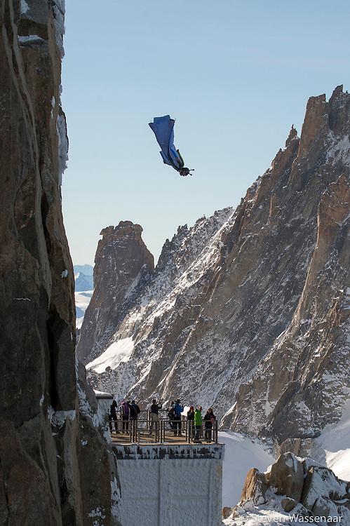 BASE JUMBER ET WINGSUITER  ROCH SAUTE DE L AIGUILLE DU MIDI (3800 M)
