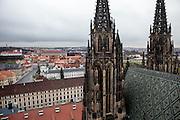 Hradschiner Platz und der Veits Dom vom Turm des Doms aus gesehen.