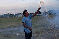 Niños en Tultepec jugando con pirotecnia.
