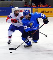 Ishockey<br /> VM U18 2011<br /> Foto: imago/Digitalsport<br /> NORWAY ONLY<br /> <br /> 14.04.2011<br /> <br /> Dresden, EnergieVerbund Arena: Eishockey IIHF U18 Weltmeisterschaft, Vorrunde<br /> <br /> Finland v Norge<br /> <br /> Finnlands Kalle Torniainen (blau) gegen Norwegens Iver Håland (Stjernen)