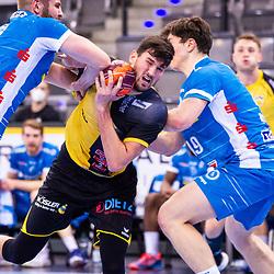 Drasko Nenadic (HSC 2000 Coburg #15) ; in der Zange von: Samuel Roethlisberger (TVB Stuttgart #17) ; Andreas Maier (TVB Stuttgart #19) ; 1. Handball-Bundesliga, HBL: TVB Stuttgart - HSC 2000 Coburg am 06.02.2021 in Stuttgart (PORSCHE Arena), Baden-Wuerttemberg<br /> <br /> Foto © PIX-Sportfotos *** Foto ist honorarpflichtig! *** Auf Anfrage in hoeherer Qualitaet/Aufloesung. Belegexemplar erbeten. Veroeffentlichung ausschliesslich fuer journalistisch-publizistische Zwecke. For editorial use only.