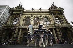 April 29, 2017 - Bailarinas do Balé da Cidade se apresentam em comemoração ao Dia Internacional da Dança, em frente ao Theatro Municipal de São Paulo, na tarde deste sábado  (Credit Image: © Bruno Rocha/Fotoarena via ZUMA Press)