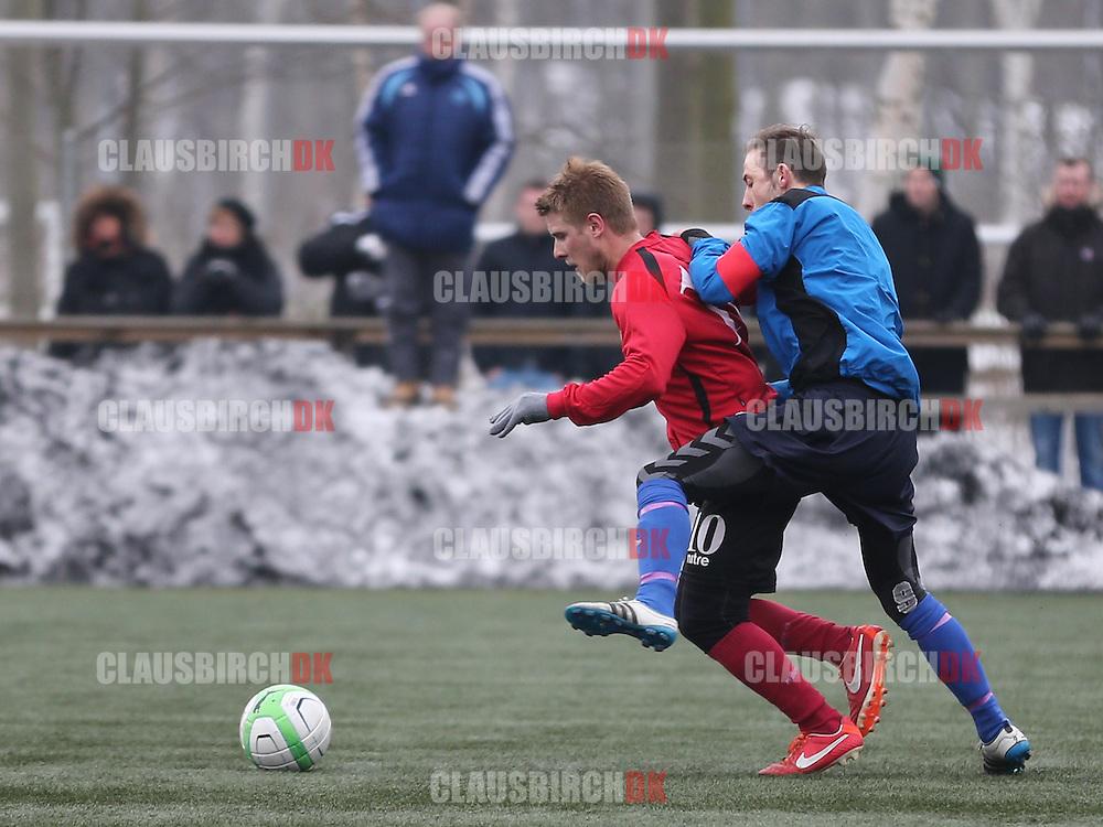 Toke Morsing (Roskilde KFUM) forsøger at stoppe Mads Laudrup (FC Roskilde).