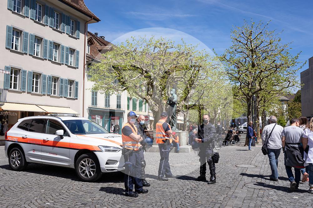 SCHWEIZ - AARAU - Weil eine unbewilligte Demonstration gegen die Coronamassnahmen und die Corona-Politik angekündigt wurde, zeigt die Polizei in der Altstadt am Graben Präsents. Zu dieser unbewilligten Demonstration wurde über die Sozialen Medien aufgerufen. Ursprünglich hat das 'Aktionsbündnisses Aargau-Zürich' (ABAZ) versucht in Aarau und Wettingen eine Demonstration anzumelden, beide wurden von den Behörden nicht bewilligt. - 08. Mai 2021 © Raphael Huenerfauth - https://www.huenerfauth.ch