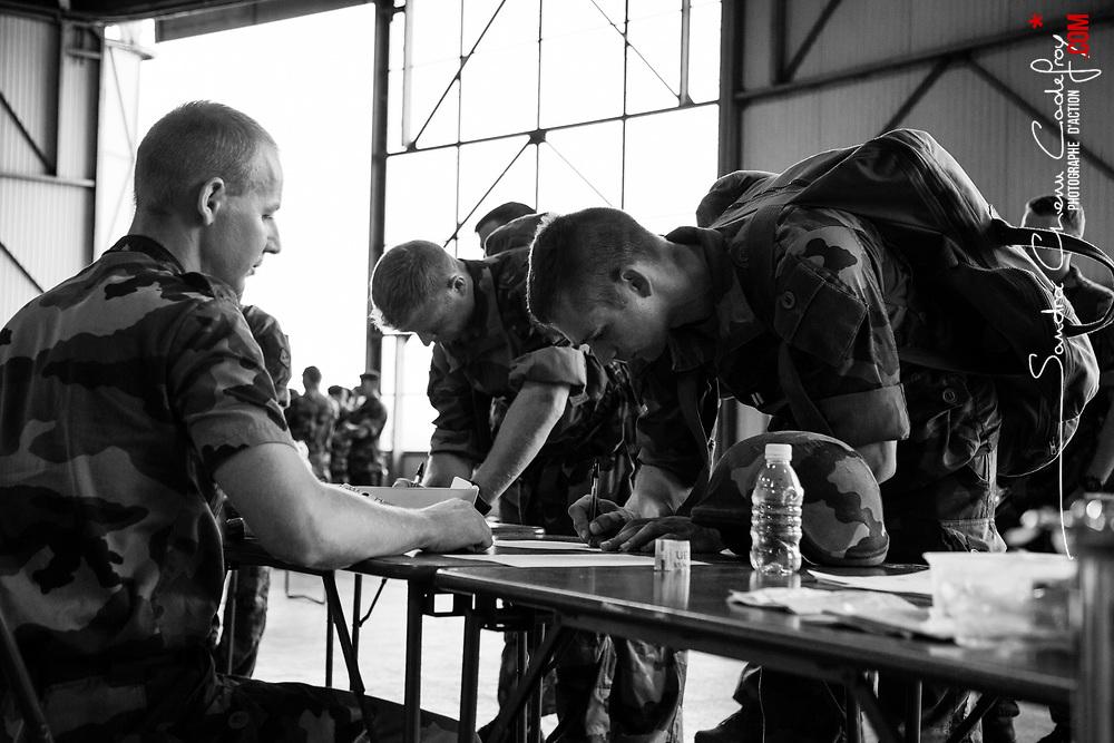 dimanche 4 septembre 2016, 15h14, Brétigny-sur-Orge. Militaire du 1er Régiment d'Infanterie de Marine signant un registre confirmant sa perception individuelle de matériel (gilet pare-balle, casque, carte Sentinelle)